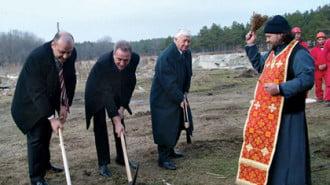 Първата копка на предприятието направиха кметът Васил Едрев, Петко Русинов и Георги Попов от фирмата строител