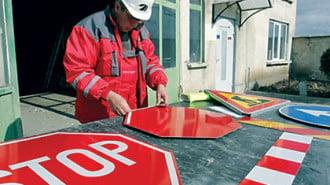 Девет фирми искат да сменят пътните знаци
