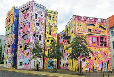 Най-щастливата къща в света покорява с цветове и форми