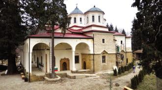 Чудотворна икона на 320 години привлича вярващи и туристи в Лопушанския манастир