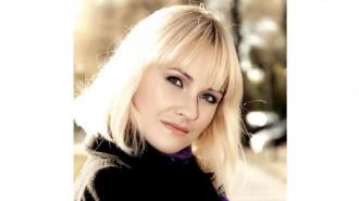 """Ани Мороз е родена в Украйна и живяла там до 2015 г. През 1998 г. завършва Училище по общинска икономика в гр. Харков. 2003 г. се дипломира в Университет по общинска икономика, специалност """"Счетоводител и одитор"""". След няколко години работа по специалността променя коренно професионалната си ориентация и започва да следва в Международния институт по мода и дизайн в Харков, където се дипломира през 2011 г. в специалността """"Интериорен дизайн"""". Практикувала е в различни украински и руски дизайнерски студия. От година живее в България и работи като дизайнер на свободна практика."""