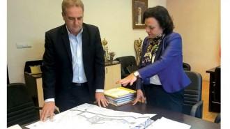 Министърът на околната среда и водите в оставка Ивелина Василева и кметът на Айтос Васил Едрев уточняват детайли от проекта на пречиствателното съоръжение