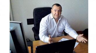 """Инж. Калин Петров е завършил магистратура """"Транспортна техника и технологии"""" в ТУ - София, както и магистратура по специалността """"Публична администрация"""". До 2001 г. работи в сферата на автомобилния транспорт и има публикации на тема транспортна безопасност в български и руски научни издания. Учредител и член на експертния съвет на Съюза на независимите авто-технически експерти. Инж. Петров е учредител и председател на Националния браншови съюз НПАПЕ от създаването му през 2014 г. Под негово ръководство се обединяват регионалните организации на асансьорните техници и монтьори в София, Пловдив, Варна, Бургас, в които членуват над 150 фирми. В рамките на съюза в момента се подготвя създаването на Северна централна и Северозападна асоциации на асансьорните монтьори. Като експерт в областта на безопасността е водил лекции в дисциплината """"Безопасност при монтаж и поддръжка на асансьорни уредби"""", а разработките му в сферата на сервизната дейност се прилагат в момента от фирмите в асансьорния бранш."""