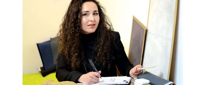 """Калина Стаматова е родена през 1985 година. През 2004-а завършва Природоматематическа гимназия """"Академик Никола Обрешков"""", Бургас, а в периода 2004-2011 г. е студентка в Университета по архитектура, строителство и геодезия - София, където се дипломира в специалност """"Архитектура"""". Още по време на следването си трупа професионален опит в различни архитектурни студия, посещава ежегодни образователни семинари във фабриките за висок клас мебели в Милано и Виена. От май 2010-а до момента работи в Interius Arredamenti ЕООД, където се изявява като архитект - интериорен дизайнер"""