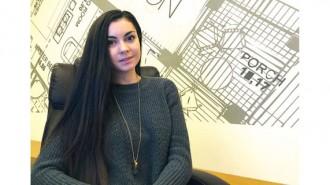 """Мария-Йоана Попова е родена в Карлово. През 2010 г. завършва софийската Математическа гимназия с отличие. Същата година е приета в Университета по архитектура, строителство и геодезия, специалност """"Архитектура"""". Там намира себе си и осъзнава, че архитектурата и дизайнът са нейното призвание. Дипломира се през 2016 г. към катедра """"Обществени сгради"""" с дипломен проект за """"Академия за изящни и приложни изкуства"""" в Пловдив. По време на следването си е част от екипа на Детска архитектурна работилница, който провежда занимания за деца с архитектурна насоченост. Също така, преди завършването си стажува в Griffn International. Там участва в архитектурни и интериорни проекти. От две години работи в едно водещите студия за интериорен дизайн FINE DESIGN, където е главен дизайнер. Освен с дизайн на жилища, се занимава и с обществени интериори, като проектите й винаги са вълнуващи и разнообразни."""