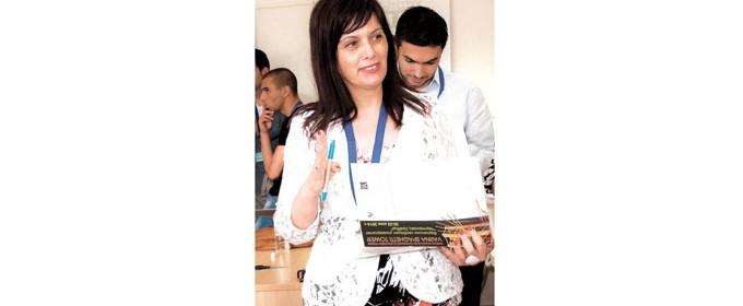 """Доц. д-р инж. Милена Кичекова е ръководител на катедра """"Строителство на сгради и съоръжения"""" към Архитектурния факултет на Варненския свободен университет """"Черноризец Храбър"""". Завършила е Техническия университет във Варна, специалности """"Съобщителна и осигурителна техника и системи"""" и """"Електротехника"""". През 2011 г. защитава докторат на тема: """"Архитектурно-художествено осветление на екстериорни пространства"""". Доцент е по професионално направление """"Архитектура, строителство и геодезия"""". Има над 20 научни разработки в областта на енергийната ефективност на осветлението в сградните електрически системи, приложението на светодиодите в съвременните осветителни съоръжения за осветяване на архитектурно-художествени обекти, ландшафтни обекти и др. Съавтор е на 3 учебно-методически пособия и една книга. Притежава сертификати за обучение от Университета по архитектура (IUAV) във Венеция и Втори университет в Неапол, Италия."""
