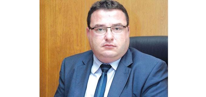 """Генчо Генчев е роден през 1980 г. в Свищов. През 1999 г. завършва Професионална гимназия по ветеринарна медицина """"Проф. д-р Димитър Димов"""" в Ловеч, където се дипломира като ветеринарен техник. Получава бакалавърска степен """"Бизнес администрация"""", а през 2015 г. завършва магистратура """"Стопанско управление"""" в ЮЗУ """"Неофит Рилски"""", Благоевград. От 2001 г. работи като инспектор търговска дейност и храни в Дирекция """"Ветеринарно-санитарен контрол"""", Свищов. От 2007 до 2015 г. управлява кметство Царевец. На 01.11.2015 г. е избран за кмет на община Свищов."""