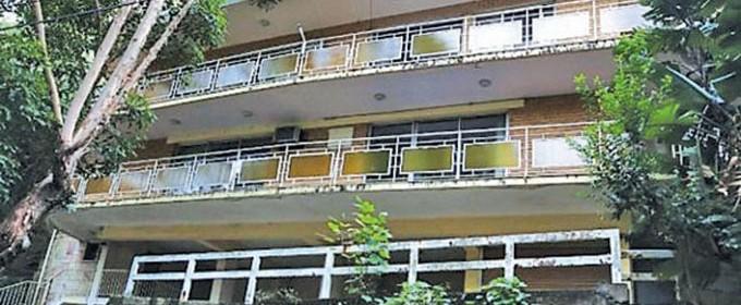 Масивната сграда, изоставена от години, е потънала в боклуци и е опасна за обитаване