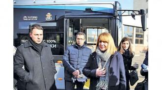 Йорданка Фандъкова и заместничката й Йоана Христова тестваха първи електробуса, който се движи по линия 84