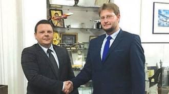 Министърът на транспорта, информационните технологии и съобщенията Христо Алексиев (вляво) и министърът на икономиката Теодор Седларски обсъдиха възможностите за нови индустриални коловози.