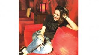 Теа Илиева е на 23 години. Родена е в София. През 2012 г. завършва 127-о СОУ в столицата. Висшето си образование продължава в Нов български университет, където изучава интериорен дизайн. През това време, включително и към този момент, работи в няколко архитектурни и интериорни ателиета. Била е част от екипа от One Architecture Week Festival през 2014 г. Участвала е в много изложби, посветени на дадаизма, биоморфните форми, възприятието на светлината, ленд-арт и други.
