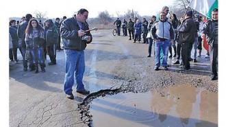 Жителите на Михайлово блокираха пътя до селото, за да дадат гласност на исканията си