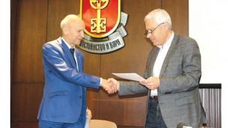 """Кметът на Хасково Добри Беливанов (вляво) и инж. Пламен Панчев, председател на УС на """"Клъстер Тракия икономическа зона"""", подписаха меморандум за сътрудничество"""