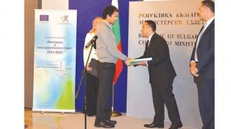 """Министър Емил Караниколов връчи сключените договори по процедура """"Подкрепа за разработване на иновации от стартиращи предприятия"""" на ОПИК."""