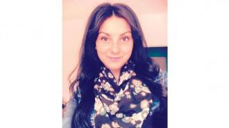 """Славея Проданова е родена на 29.03.1994 г. в Добрич. Завършва Финансово-стопанска гимназия """"Васил Левски"""", специалност """"Оперативно счетоводство"""" със засилено изучаване на английски език. От 2013 г. учи в Лесотехническия университет, София, специалност """"Инженерен дизайн/Интериор и дизайн за мебели"""" (в момента е в IV курс бакалавър).  Участия и награди:  - II място във Видеоклип маратон на тема """"Залагане и разчитане на Японските мотиви в интериора"""" заедно със състудентката си Мирела Йорданова;  - I място в Проектна седмица 2016 """"Номадски дизайн"""" на ЛТУ (отборно).  Към този момент работи по дипломната си работа със заглавие """"Midnight in Sofia"""", която представлява пиано бар в ретро стил. В свободното си време усъвършенства компютърните си умения на различни програми за 3D визуализация на пространството."""