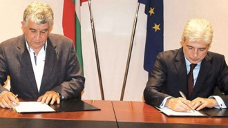 Екоминистърът Нено Димов и зам.-кметът на Шумен Боян Тодоров подписват договора за разработване на програмата за чист въздух