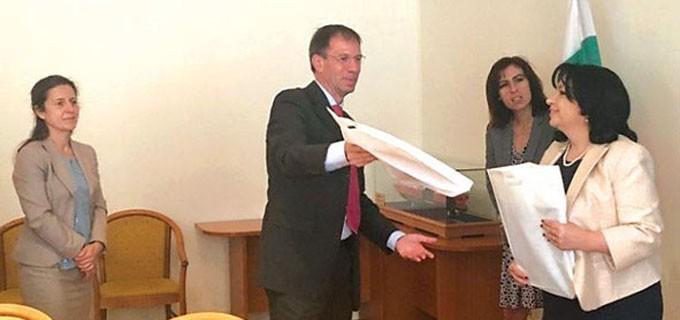 """Министърът на енергетиката Теменужка Петкова и управителят на """"Тотал"""" Ксавие Фожрас при подписване на споразумението"""