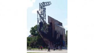 Само 2 години след построяването му през 1981-ва монументът е бил обявен за опасен и е останал без акт 16