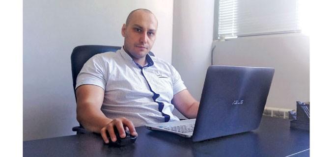 """Станил Димитров е роден на 09.07.1986 г.  Завършва средното си образование в ЕГ """"Пловдив"""" през 2005 г.  Продължава обучението си в Университета за архитектура, строителство и геодезия (УАСГ), където през 2011 г. се дипломира като магистър архитект в Катедра """"История и теория на архитектурата"""". По време на следването си изкарва стаж по специалността в проектантска фирма. След завършването започва работа в друго архитектурно бюро, където натрупва допълнително опит като архитект. През 2014 г. заедно с арх. Илхан Алиджик основават архитектурно студио """"Алайн Дизайн"""" ЕООД. Участвал е в изготвянето на инвестиционни проекти на жилищни, обществени и промишлени сгради, градоустройство и интериор."""