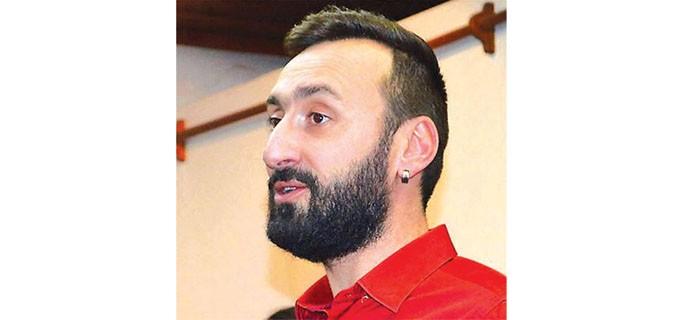 """Евгени Серафимов е завършил педагогика на изобразителното изкуствов ЮЗУ """"Неофит Рилски"""", а след тованадгражда професионалната си подготовка в СУ """"Св. Климент Охридски"""". От 15 години е преподавател по изобразително изкуство в кюстендилско училище. Носител е на наградата """"Константин Величков"""", връчвана ежегодно от Министерството на образованието за висок професионализъм и успехи. Преподавател е в школата по изобразително изкуство """"Новите майстори"""". Името му стана известно миналата година с артпроекта за Владимир Димитров - Майстора. Тогава Серафимов и група млади художници изрисуваха върху декар и половина на централния площад в Кюстендил мегапортрет на Майстора."""