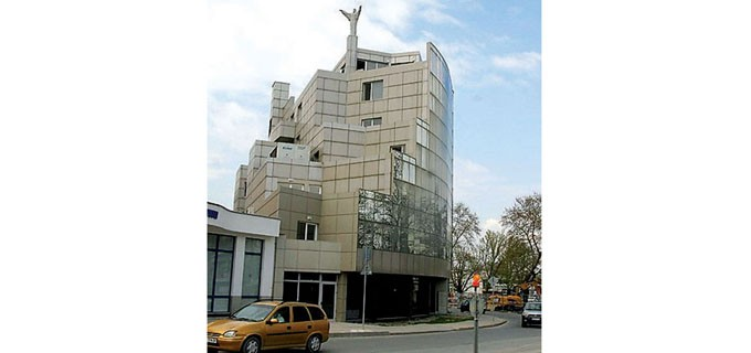 Статуята на Христос е демонтирана от сградата и вече не бди над главите на граждани и администрация