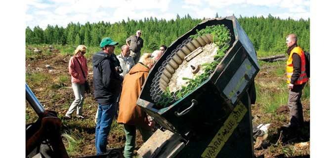 Екип от Изпълнителна агенция по горите на обмяна на опит в разсадник за производство на контейнерни фиданки Фин Форелия Ройка в Хелзинки, Финландия