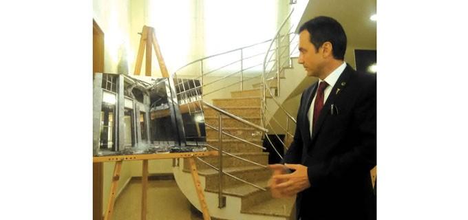 Генералният консул на Република Турция в Пловдив Хюсейин Ергани край фотоса, показващ тежките разрушения на сградата на парламента в Анкара