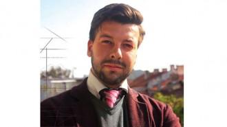 """Емил Бурулянов е роден през 1984 г. в Бургас. Завършва Английската езикова гимназия """"Гео Милев"""" през 2003 г. След това учи в университета на Малта, като през 2009 г. се дипломира като бакалавър по инженерство и архитектура. През 2010-а завършва в Барселона магистърска степен в Каталунския Институт по висша архитектура (IaaC), Испания. Стажува там около година и от 2011-а се завръща в Бургас в семейното архитектурно бюро Decor Design. С проекта """"Изнесени информационни офиси - соларни дървета - Бургас"""" получи престижната награда на Съюза на архитектите в България - """"Архитектон"""" за 2016 г."""