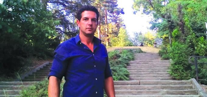 """Михаил Янушев е роден през 1982 г. Завършва специалност """"Финанси"""" в Бургаския свободен университет. През 2007 г. печели местните избори и става кмет на Бузовград. Управлява селото вече трети мандат."""