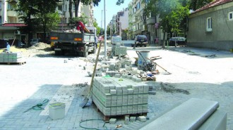 """Новата настилка на ул. """"Левски"""" ще бъде от павета, като вече една отсечка е готова"""