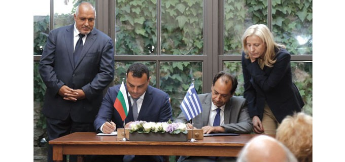 Меморандумът бе подписан в Кавала от транспортните министри на двете страни Ивайло Московски (вляво) и Христос Спирдзис