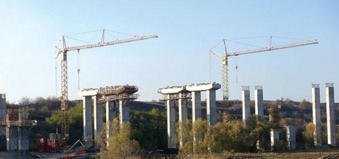 Пресеченият терен ще наложи изграждането на множество тунели и виадукти по трасето през Кресненското дефиле