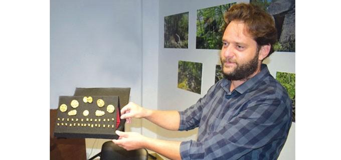 ВИЗИТКА  Даниел Пантов е директор на Общинския музей в Приморско. В последните години полага изключителни усилия за развитието на алтернативния и културно-историческия туризъм в общината, заради което има множество признания и отличия. На него се дължи откритието на златното съкровище от времето на Александър Македонски и накитите, намерени след разкопки в местността Силихляр край морския град, които бяха номинирани за откритие №1 на 2016 година.