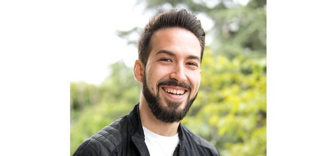 """Деан Стефанов е роден на 7 януари 1989 г. По професия е архитект, но успоредно с това е и професионален танцьор, учител по танци и хореограф. През 2008 г. завършва Природоматематическата гимназия в Бургас. Продължава образованието си в Университета по архитектура, строителство и геодезия, специалност """"Архитектура"""", катедра """"Интериор"""". Дипломира се през 2014 г. От близо 4 години работи като архитект в архитектурно бюро """"Кутищеви"""". Твори над най-разнообразни проекти - от луксозни интериори през еднофамилни и многофамилни жилищни сгради до хотели и аквапаркове. Реализира и собствени разработки. През свободното си време обича да се занимава с фотография и видеография."""