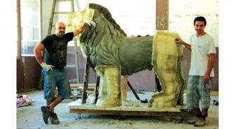 Част от екипа, работил по изпълнението на лъвските фигури