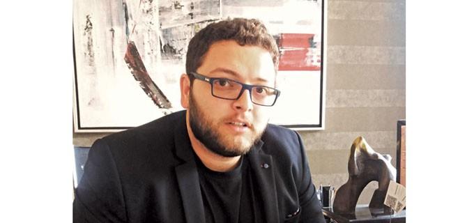 """Арх. Димитър Балджиев е роден през 1990 г. в София, но е израснал в Пловдив. Завършва Английската гимназия в града. Защитава бакалавърска степен по архитектура в Лондон Метрополитън и магистърска степен в Hochschule Anhalt - Dessau Institute of Architecture, Десау, Германия. Интересува се от архитектура и технологии с особен уклон към иновативните методи за дизайн и дигиталната манифактура. Владее широк набор от 2D и 3D софтуери, а също така няколко програмни езика за скриптиране. В университета се е занимавал с computational design, експериментирайки с оптимизирането и улесняването на стандартния процес на проектиране. Дипломният му проект на тема """"Трансхуманистична клиника за протезиране"""" разглежда как употребата на компютърни алгоритми може да усъвършенства и подобри проектирането на здравни заведения. Проектът му е първопремиран за награда """"Робърт Оксман"""" за най-добра дипломна разработка."""