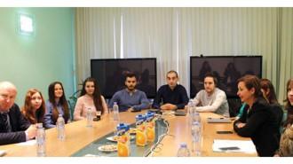 Зам.-министърът на труда и социалната политика Зорница Русинова по време на среща с младежите, които ще стажуват в компанията