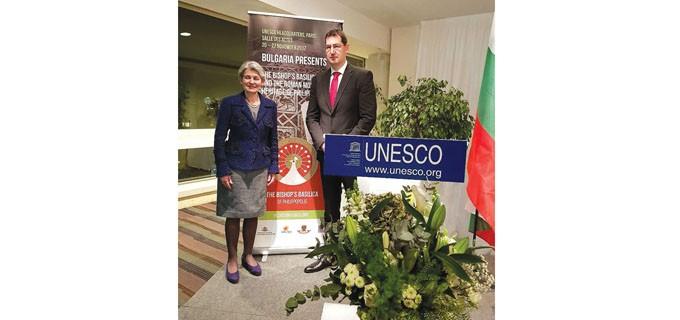 На церемонията в ЮНЕСКО, чийто домакин бе посланикът на България във Франция Н. Пр. Ангел Чолаков, присъстваха досегашният генерален директор на ООН за образование, наука и култура Ирина Бокова, представители на различни институции