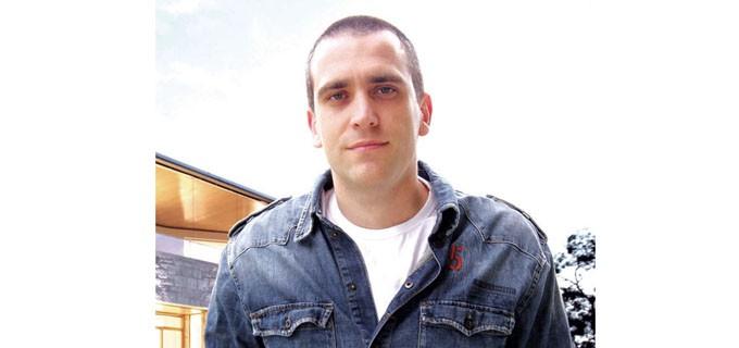 """Георги Петков е роден през 1981 г. в Пазарджик.  На 13 години започва да пише лирика и музика. 4 години по-късно започва да развива по-задълбочено своите умения в сферата на визуалните изкуства (фотография, графичен дизайн, фото- и видеообработка и др.)  През 2004 г. завършва бакалавърска степен, специалност """"Маркетинг"""", в Свищов.  В периода 2008-2009 г. работи като рекламен мениджър в една от най-бързо развиващите се тогава мебелни компании в България. Голямата му страст към интериорния дизайн започва именно по това време.  През 2010 г. изготвя първите си интериорни проекти и започва специализирано да се развива в областта на интериорния дизайн. Портфолиото му обхваща разнообразни по стил жилищни и обществени интериори, реализирани в различни градове на страната."""