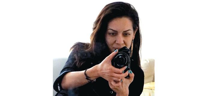 """Ренета Стоянова е родена на 4 октомври в Гълъбово (обл. Стара Загора). От дете мечтае да се занимава с моден дизайн. Страст и хоби и досега са й рисуването, handmade products и музиката. Родителите й я подготвят за юрист от малка, но това е последното нещо, с което тя иска да се занимава. В годината на кандидатгимназиалните изпити се записва тайно на изпити по рисуване за паралелка """"Моден дизайн"""", но поради стеклите се обстоятелства не стига до изпита. Налага се да завърши специалност """"Мениджмънт на дребен и среден бизнес"""" в родния си град. През 2001 г. кандидатства и е приета в Лесотехническия университет, специалност """"Дървообработване и производство на мебели"""". През 2005 г. завършва бакалавърска степен и специализира задочно """"Производство на мебели"""". Паралелно с обучението си работи в няколко мебелни фирми, занимаващи се както с производство на корпусна мебел, така и с маркетинг на италиански мебели и осветление. През 2008-а регистрира свое име REJIN, с което работи и досега."""
