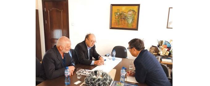 На работна среща с кмета на Силистра д-р Юлиян Найденов и зам.-кмета инж. Тихомир Борачев китайският инвеститор Джиан Джун Янг представи бизнес намеренията на холдинга си