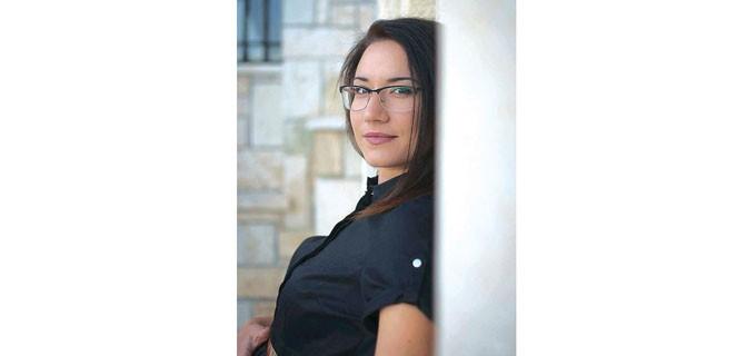"""Марина Ангелова е родена през 1990 г. във Варна.  Завършва основното си образование в природо-математическа гимназия с профил биология и немски език. Висшето получава в Техническия университет - Варна, специалност """"Инженерен дизайн"""", бакалавърска степен. През 2015 г. завършва инженерен дизайн в София, с магистърска програма """"Дизайн на рекламни продукти"""". По време на следването си работи в студио за интериорен дизайн, по-късно, след дипломирането, се връща в родния си град и започва да се занимава с интериорен дизайн на свободна практика. Работила е като проектант на мебели, занимава се с реновиране на стари вещи и трансформацията им в уникални продукти за бита."""