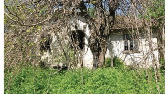 Призрачна гледка на необитаеми от години къщи в селото