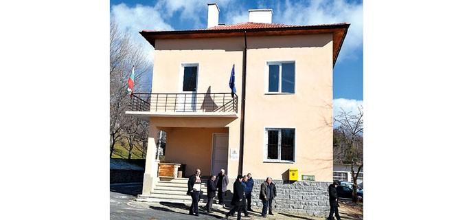 """Сградата на кметството в Ленище, която е построена през далечната 1938 година, е вече ремонтирана по проект """"Красива България"""""""