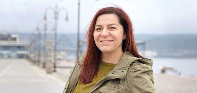 """Славена Станиславова е родена на 3 май 1982 г. в Шумен. Завършва средното си образование в Техникум по облекло в Шумен през 2000 г. Висшето си образование - """"Инженерен дизайн"""", получава в Техническия университет - Варна, където се дипломира през 2006 г. с бакалавърска степен. Професионалния си опит е натрупала като дизайнер във фирма, а след това и в архитектурно бюро във Варна. Има син на 2 г. и 6месеца."""