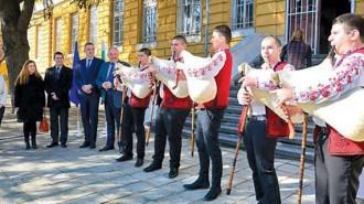 С традиционните звуци на българска гайда и тържествен водосвет бе даден старт на дългоочаквания ремонт на сградата на Националното училище по изкуствата във Варна