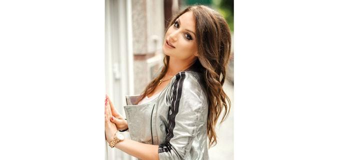 """Антония Христова е родена през 1987 г. в Пловдив.  Завършва специалност """"Икономика"""" в родния си град, а след това интериорен дизайн и архитектура в София.  От 10 години работи в проектантска фирма, занимава се с интериорен дизайн и проектиране."""