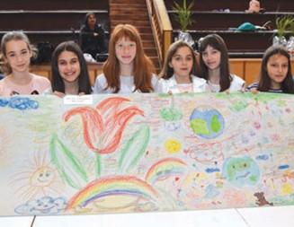 За Деня на Земята    Ученици от Горна Оряховица сътвориха 22-метрова рисунка