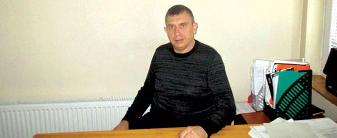 Десислав Йорданов е роден във Велико Търново през 1979 г. Завършва Техникума по машиностроене в град Дебелец, след това - Средното сержантско училище в старата столица. До 2001 г. е военен. Впоследствие се занимава с търговия и помага в семейния земеделски бизнес. През 2007 г. е избран за кмет на Хотница и управлява селото вече трети мандат.