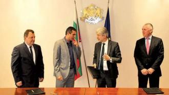 Министър Димов подписа договорите с кметовете на Етрополе Димитър Димитров, на Ботевград Иван Гавалюгов и на Правец Румен Гунински